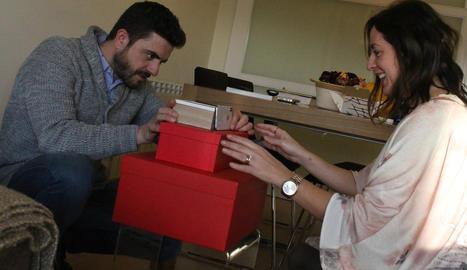A CASA. El Marc i la Sabrina ultimen els detalls abans de la gravació d'un dels vídeos del canal de YouTube d'ella.