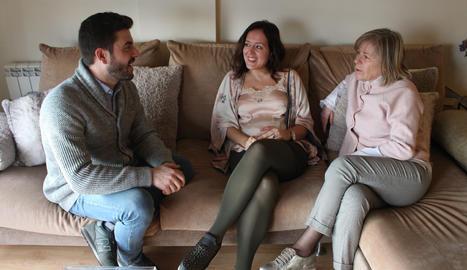 COMUNICACIÓ. El Marc i la Isabel, la mare de la Sabrina, parlant a casa. La comunicació s'ha incrementat a casa amb la FiV.