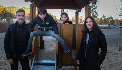 FAMÍLIA. El Jordi i la Noemí amb els seus fills, el Joel i la Maria, en un parc proper a casa seva.