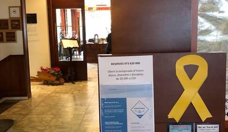 Un llaç groc al vestíbul de l'hotel.