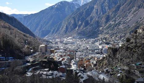 Vista d'Escaldes i d'Andorra la Vella, capital del Principat reconeguda a la Constitució.