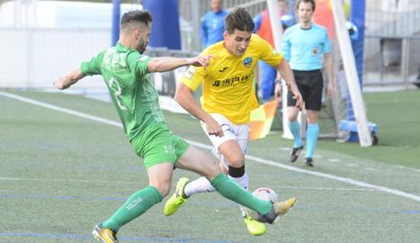 Juanto Ortuño intenta superar un jugador del Cornellà, en una acció del partit d'ahir.