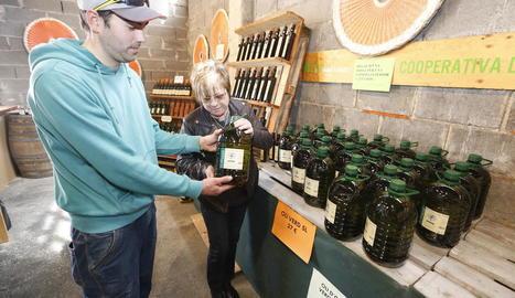 La cooperativa de Vinaixa va vendre oli durant la Fira de l'Oli i la Pedra.