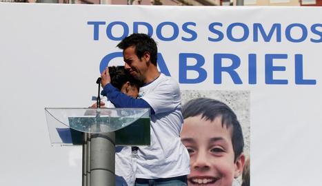 Els pares de Gabriel, abraçant-se davant d'una fotografia del menor en un acte divendres passat i, a la dreta, la detinguda, Ana Julia Quezada.