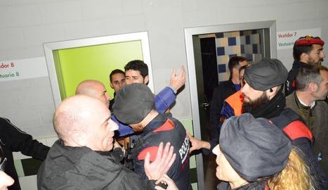 Los mossos tuvieron que intervenir en el túnel de vestuarios a causa de los incidentes que hubo al final del partido.