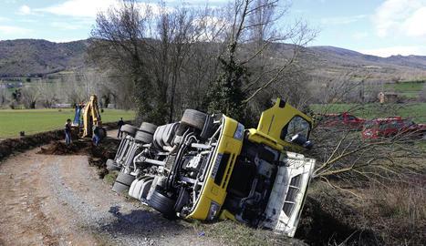 Imatge del camió carregat de porcs bolcat en un camí rural de Vilanova de Meià.