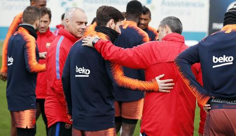 Messi es va reincorporar ahir a l'equip després de la recent paternitat i va ser felicitat pels companys.