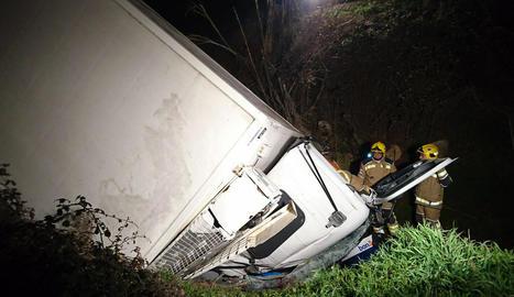 Ferit un camioner per una sortida de via a Torà