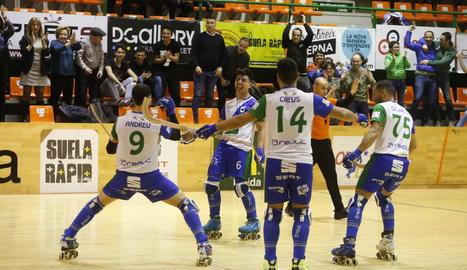 Els jugadors celebren el gol d'Andreu Tomàs que significava el 3-1.