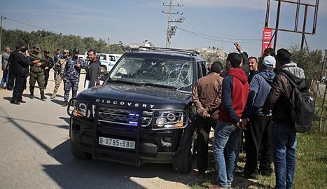 Agents de seguretat palestins inspeccionen el comboi.