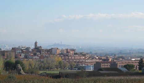 Vista d'arxiu del municipi d'Alpicat, amb la capital del Segrià al fons.