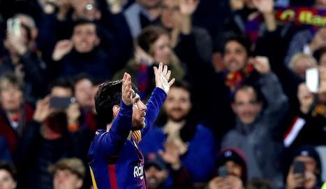 Messi celebra un dels seus dos gols davant d'un Camp Nou que va tornar a rendir-se en una nova exhibició de l'argentí.