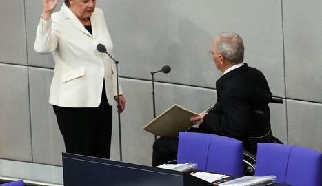 Angela Merkel presta jurament del càrrec al president del Parlament alemany Wolfgang Schäuble.