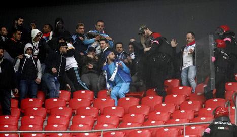 Agents de l'Ertzaintza i ultres del Marsella ahir durant els enfrontaments a San Mamés.