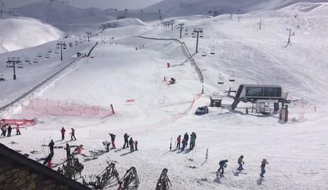 Esquiadors a les pistes de Boí Taüll ahir al matí.
