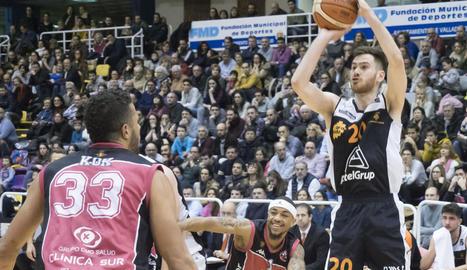 Brano Djukanovic llança a cistella davant de la presència de Kok.
