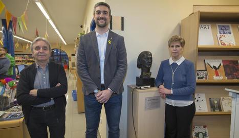 L'alcalde d'Agramunt, Bernat Solé, ahir amb els dos donants de l'escultura.