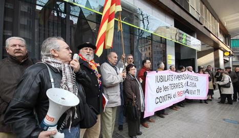 Pensionistes lleidatans en una protesta davant de la seu de la Seguretat Social a la demarcació.