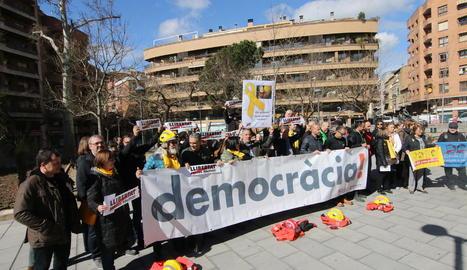 La manifestació a la plaça Paeria (esquerra), concentració matinal a Lleida (a dalt) i pels Jordis a les Borges (a baix).