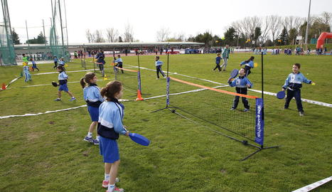 Els nens i nenes de la jornada de miniatletisme van fer curses en cadira de rodes per prendre consciència sobre l'esport adaptat.