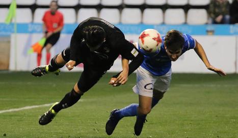 Un jugador del Lleida disputa una pilota de cap amb un de l'Ebro.