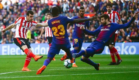 Messi celebra amb Dembélé la segona diana dels blaugranes, que va deixar el partit encarrilat per al Barça.