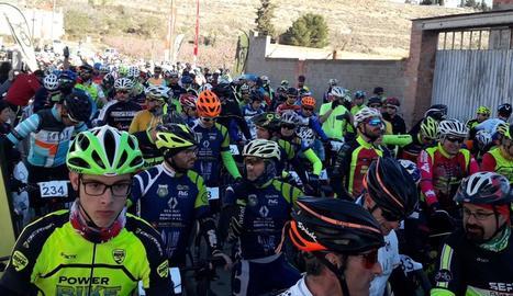 Un grup de ciclistes en els instants previs a l'inici de la prova disputada a Seròs.