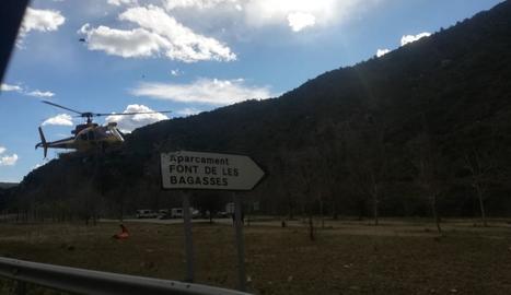 L'helicòpter va traslladar el ferit des de la Font de les Bagasses fins a l'hospital Arnau de Vilanova.