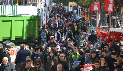 L'avinguda del Canal, plena de gom a gom de públic, ahir al migdia.