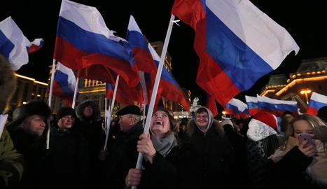Simpatitzants de Putin celebren la reelecció del mandatari, ahir a Moscou.