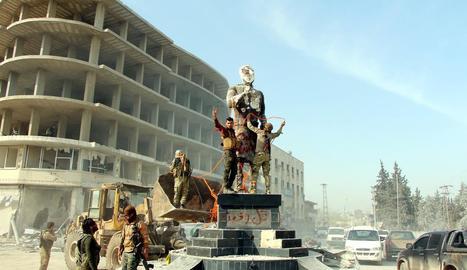 Soldats turcs celebren la presa de la ciutat siriana d'Afrin.