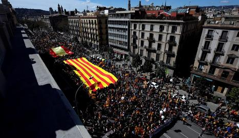 Visió aèria de la manifestació convocada per Societat Civil Catalana, ahir a Barcelona.