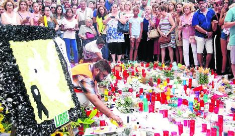 Ofrenes a la Rambla per recordar les víctimes de l'atemptat.