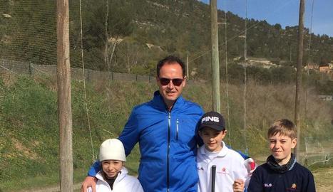 Toni Farreras i els petits jugadors del Raimat Golf Club.