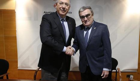 El rector i l'alcalde, després de la firma de la cessió de la finca.