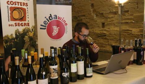 L'enòleg de la 'Guía Peñín' Juan Luis Morales, durant el seu tast a la Seu Vella de Lleida.
