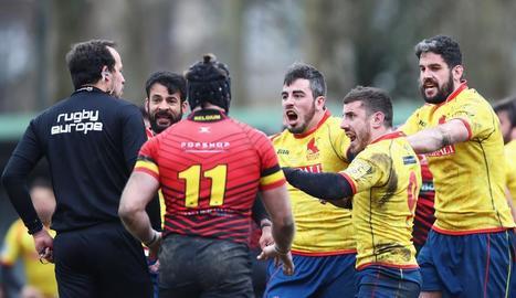 Els espanyols assetjant l'àrbitre.