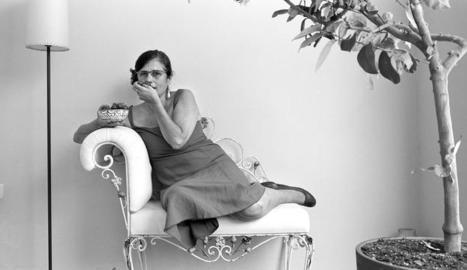 La directora Rosa Vergés, retratada en un racó de casa seua a l'Eixample barceloní.