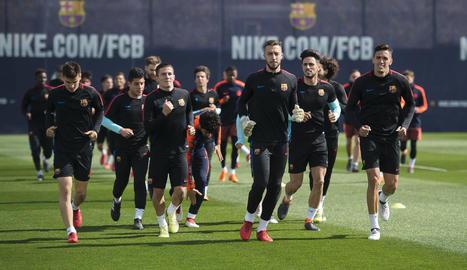 Els pocs jugadors del Barça que no estan convocats per la selecció es van entrenar amb el filial.