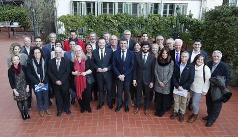 Carles Mas, tercer per la dreta a la primera fila, al costat dels membres de la junta de l'FCN.