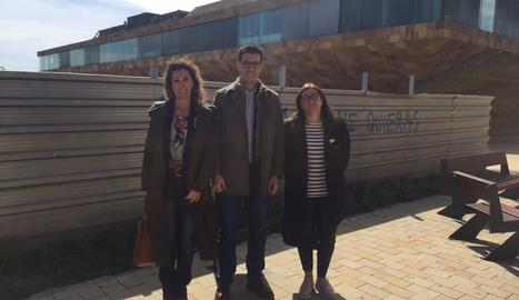 Postius, amb les edils Marta Gispert i Cristina Simó, davant del solar.