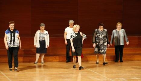 Més de 150 dones van mostrar ahir les seues pròpies creacions a l'Auditori Enric Granados.