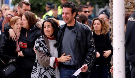 Imatge dels pares de Gabriel Cruz durant el funeral, la setmana passada.