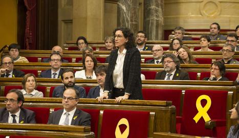 Marta Rovira al moment de votar ahir amb Carme Forcadell i Dolors Bassa assegudes als seus escons.