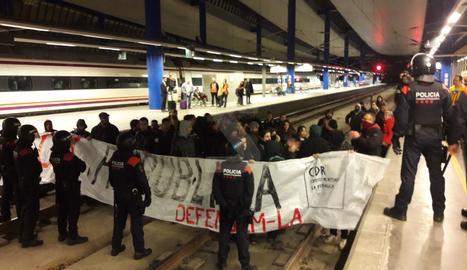 Els manifestants, a les vies de l'estació de Lleida.