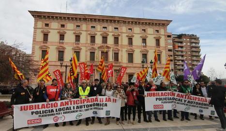 Un centenar d'agents van participar en la protesta davant de la subdelegació a Lleida.