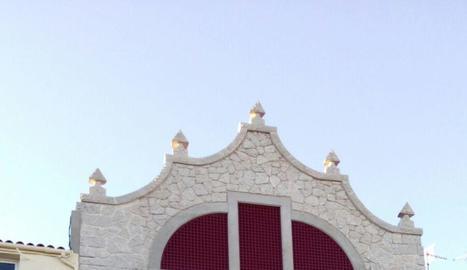 La façana restaurada del consistori modernista d'Arbeca.