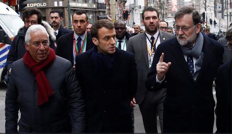 Rajoy, passejant ahir per Brussel·les abans de la cimera amb els caps de Govern de Portugal i França.