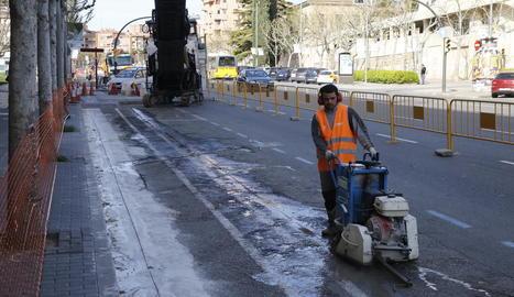 Obres de reforma del carril bici a la rambla d'Aragó