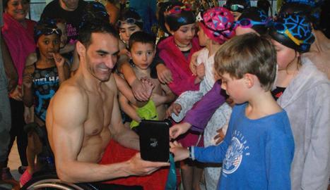 El nadador paralímpic Miguel Luque fa un clínic a Vielha davant més de cent persones